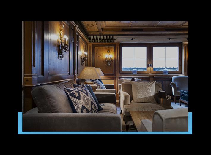 MANNI das Hotel Lounge & Bar Kamin und Einrichtung im Landhausstil