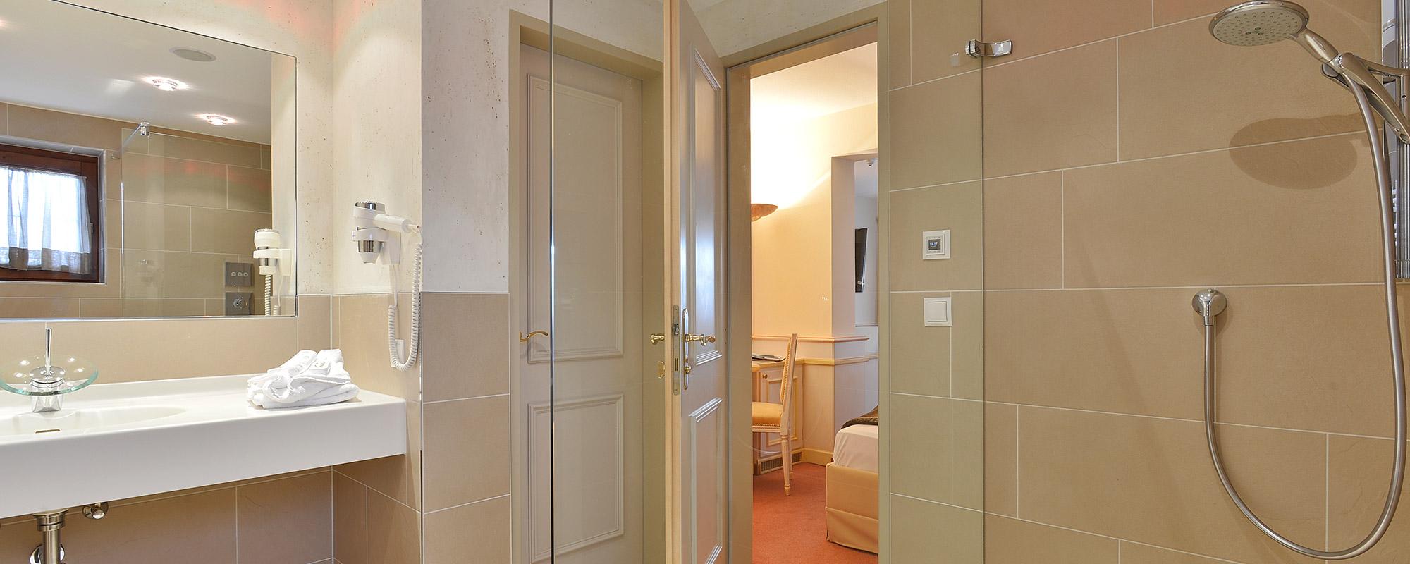 MANNI Suite modernes großzügiges Bad