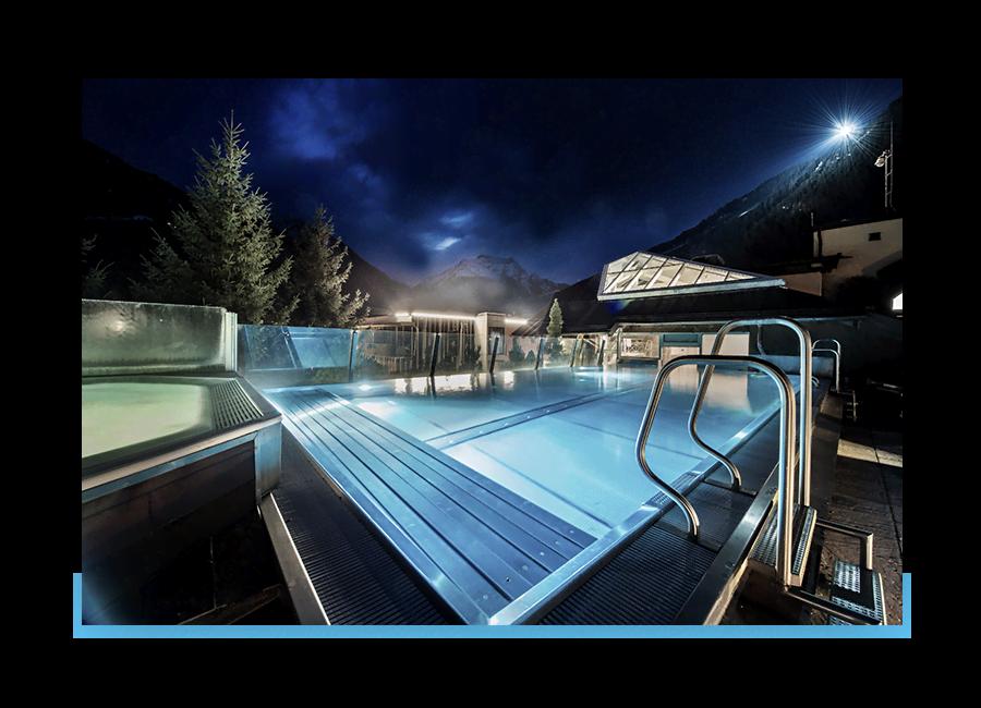 MANNI SPA Outdoor Pool über den Dächern Mayrhofens bei Nacht