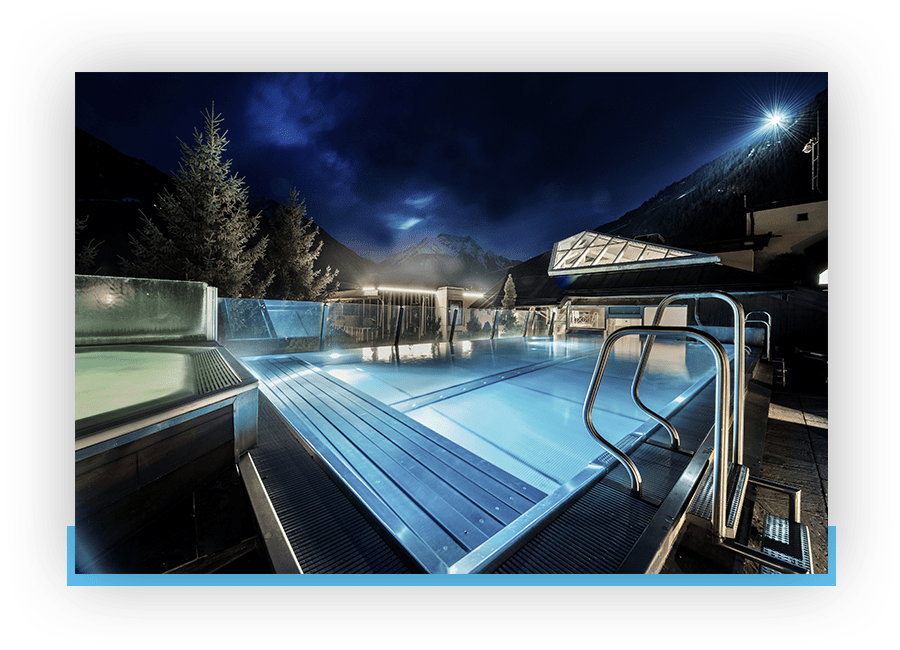 MANNI Rooftop Pool bei Nacht