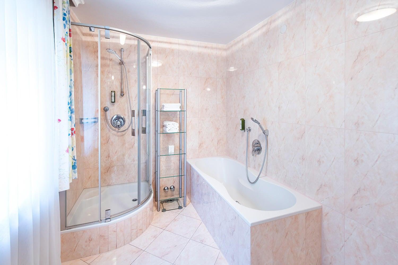 MANNI home Badezimmer mit Wanne und Dusche